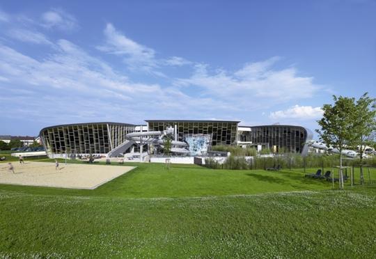 Prefa avvolge di alluminio il centro sportivo e termale for Bertrange piscine