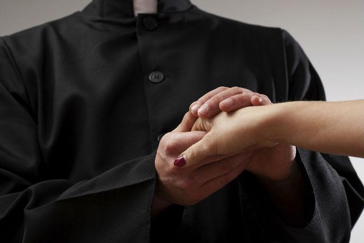 Preti sposati per i cattolici che non possono accedere all'eucaristia con frequenza per mancanza di preti