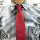 La cravatta in garza a giro inglese: sintesi tra raffinatezza e attualità
