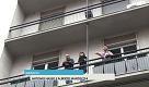 Milano, la ragazza disabile rimprovera il contestatore sul balcone: Scendi a pulire con noi - La Repubblica