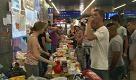 Vienna: volontari offrono cibo, vestiti e giocattoli ai profughi - La Repubblica