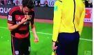 Bundesliga, lanciano pane al calciatore: lui lo raccoglie e lo bacia - La Repubblica